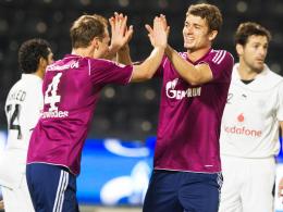 Klatsch ab! Schalkes Torschütze Höwedes (li.) freut sich mit Teamkollege Roman Neustädter.