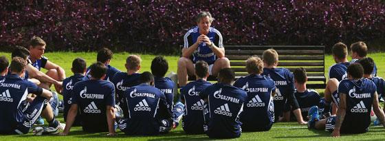 Redebedarf beim FC Schalke: Trainer Jens Keller und sein Team nach dem 0:5 gegen den FC Bayern.