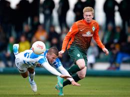 Zweikampf: Werders Kevin de Bruyne (re.) bringt hier Zwolles Jesper Drost zu Fall.