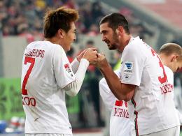 Glückliche Augsburger: Doppeltorschütze Mölders (re.) jubelt mit Koo, der das 2:0 erzielte.
