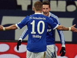 Die Schalker Julian Draxler und Lewis Holtby freuen sich über das zwischenzeitliche 2:0 der Schalker.