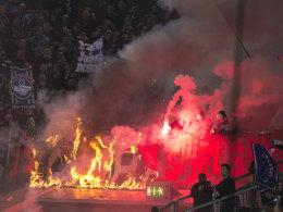 Brennende Fahne beim HSV-Gastspiel in Düsseldorf.