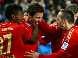 Der FC Bayern lässt sich auch in Stuttgart nicht stoppen. Torjäger Mandzukic nimmt die Gratulationen der Kollegen gerne an.