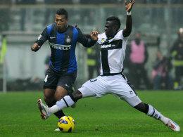 Nicht zimperlich: Parmas Afriyie Acquah (rechts), hier gegen Inters Alejandro Guarin, fegt ab sofort durchs Mittelfeld der TSG.