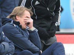 Will nicht mehr hinsehen: Am dunkelsten im Abstiegskampf sieht es derzeit für Fürth und Trainer Mike Büskens aus.