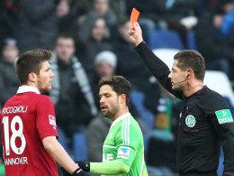 Sebastien Pocognoli sieht die Rote Karte von Schiedsrichter Günter Perl