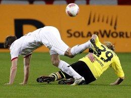 Kölns Kübler geht energisch gegen Dortmunds Schmelzer zur Sache.