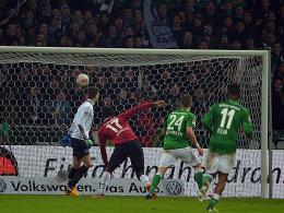 Doppelpack: Werders Nils Petersen (Mitte) erzielt das 2:0.