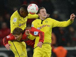 Dortmunds Santana (li.) und Bender nehmen den Leverkusener Kießling in die Mangel.
