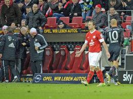 Die Bayern-Bank freut sich, Arjen Robben (re.) flüchtet vom Spielfeld.