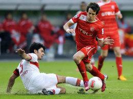 Auch er hatte gegen Düsseldorf - hier Doppeltorschütze Kruse - öfters das Nachsehen: VfB-Kapitän Serdar Tasci.