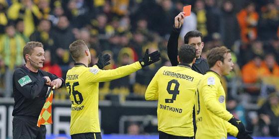 Schock in Minute 31: Manuel Gräfe zeigt Robert Lewandowski die Rote Karte.