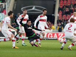 Viele Stuttgarter gegen Bremens Junuzovic - doch in der Defensive gab es immer wieder Lücken.