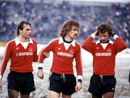 Schon Ende der 1970er und Anfang der 1980er Jahre war Grundig Sponsor des FCN. Hier laufen Thomas Brunner, Horst Weyerich und Bertram Beierlorzer in den Grundig-Trikots auf.