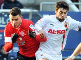 Zwangspause: Augsburgs Jan Moravek, hier rechts gegen den Mainzer Szalai, fehlt in Leverkusen.