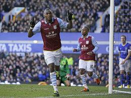 Aston Villas Christian Benteke macht auf sich aufmerksam.