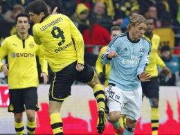 Die Aktion, die zu Rot führte: Robert Lewandowski foult den Hamburger Per Skjelbred