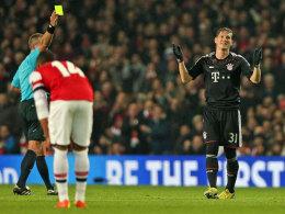 Der norwegische Referee Moen zeigt Bastian Schweinsteiger die Gelbe Karte - Zwangspause im Rückspiel.