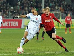 Frankfurts Bamba Anderson stemmt sich gegen Freiburgs Jan Rosenthal. Im der neuen Spielzeit sind sie Kollegen.