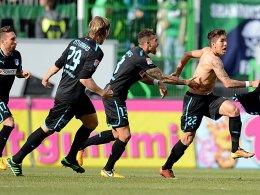 Hoffenheim bejubelt, angeführt von Roberto Firmino (re.), den Sieg in Fürth.