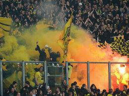Bengalos, starke Rauchentwicklung: Der Dortmunder Fansektor zu Beginn des Spiels.