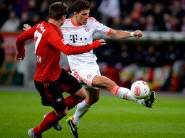 Vorbei an Boenisch, auf dem Weg zum 1:0: Mario Gomez.