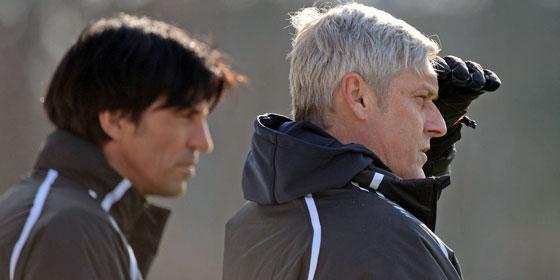 Blicken noch in die selbe Richtung: Eintracht-Trainer Armin Veh und Sportdirektor Bruno Hübner.