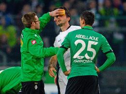 Martin Stranzl wird im Spiel gegen Hannover versorgt