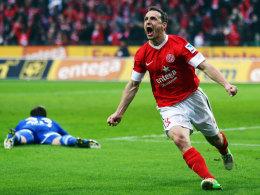 Zdenek Pospech bejubelt sein Tor beim 2:2 gegen Schalke 04