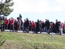 Polizisten begleiten Nürnberger Anhänger zur Münchner Arena