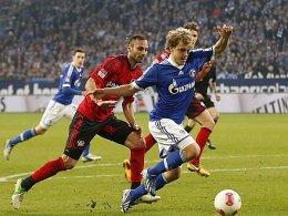 Schalkes Pukki stolpert nach Kontakt mit Leverkusens Toprak über die eigenen Beine.