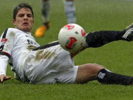 Grätscht er bald für die Wolfsburger? Frankfurts Kapitän Pirmin Schwegler.