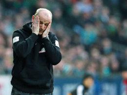 Thomas Schaaf kann den Grusel-Fußball seiner Elf gegen Wolfsburg kaum mehr mit ansehen.