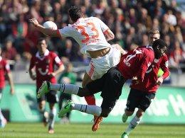 Hannovers Djourou, hier im Duell mit Mario Gomez (li.) beim 1:6 in München, droht auszufallen