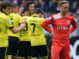 Jubel in schwarz-gelb: Die BVB-Spieler freuen sich über Nuri Sahins 1:0.