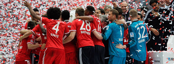 3:0 gegen den FCA und die Meisterschale: Der FC Bayern feiert.