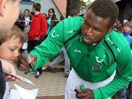 Kommt wohl nicht nach Wolfsburg: 96-Stürmer Mame Diouf.