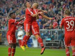 Arjen Robben eröffnet die Saison und Franck Ribery freut sich mit.