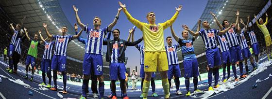 Was der HSV kann, kann die Hertha auch: In der Pose der Hamburger feiern die Berliner den 1:0-Sieg über die Hanseaten.