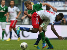 Matchwinner I: Bremens Petersen hebelt Hamburgs Djourou aus.