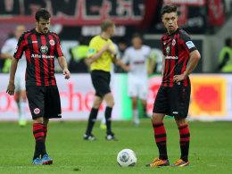Wieder ein spätes Gegentor für Frankfurt: Barnetta und Kadlec sind konsterniert.