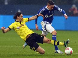Am Samstag ist es wieder soweit: Die Schalker, hier Draxler gegen Subotic, messen sich mit den Dortmundern im brisanten Revierderby.