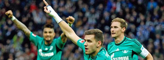 Der Schalker Szalai jubelt über seinen Führungstreffer in Berlin.