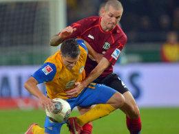 Umkämpftes Derby fast ohne Höhepunkte: Hier beharken sich Hannovers Andreasen und Braunschweigs Boland.