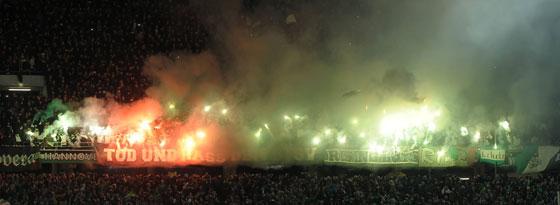 Der massive Einsatz von Pyrotechnik im Bereich der 96-Fans rief Präsident Martin Kind auf den Plan.