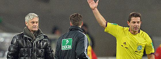Referee Günter Perl (re.) schickt Armin Veh (li.) vom Feld
