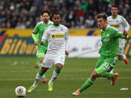 Viel Tempo, vier Tore, kein Sieger: Gladbachs Raffael und Wolfsburgs Knoche.