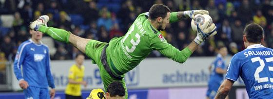 Jens Grahl packt hier zu gegen Dortmunds Lewandowski.