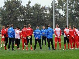 Schwört sein Team auf den Klassenerhalt ein: SC-Coach Christian Streich (Mitte).