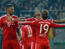 Bayerns Götze freut sich mit Alaba und Boateng über den Führungstreffer zum 1:0.